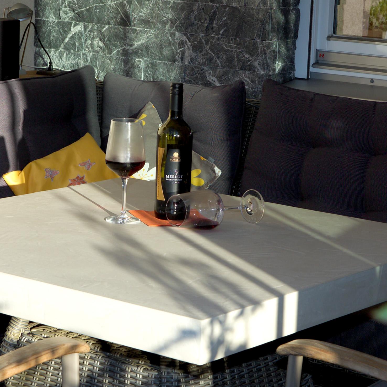 wohnen mit beton terrasse tisch. Black Bedroom Furniture Sets. Home Design Ideas